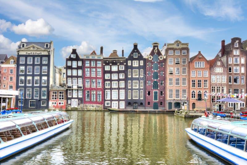 Byggnader på den Damrak kanalen, Amsterdam arkitektur, Nederländerna fotografering för bildbyråer