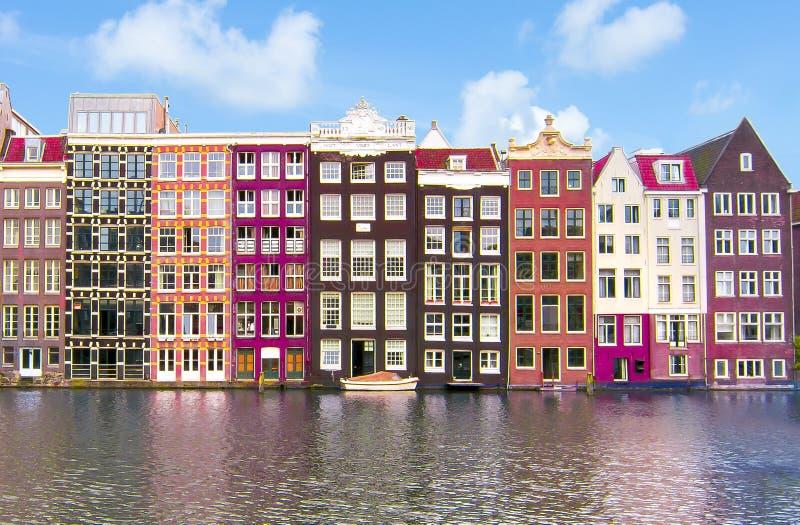 Byggnader på den Damrak kanalen, Amsterdam arkitektur, Nederländerna royaltyfri fotografi