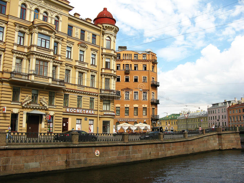 Byggnader på den Griboyedov kanalinvallningen, St Petersburg arkivbild