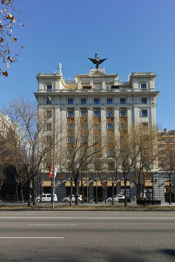 Byggnader på den Paseo de la Castellana gatan i stad av Madrid, Spanien royaltyfri fotografi