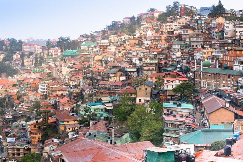 Byggnader på en bergssida av shimla på skymning royaltyfri bild