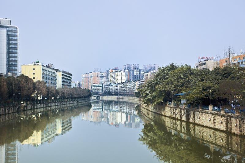 Byggnader som avspeglas i en kanal, Chengdu, Kina royaltyfri foto