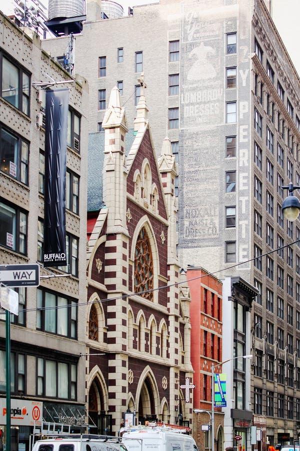 Byggnader som lokaliseras längs den västra 37th gatan på Broadway, Manhattan, inklusive den iconic Roman Catholic Church av de he arkivfoto