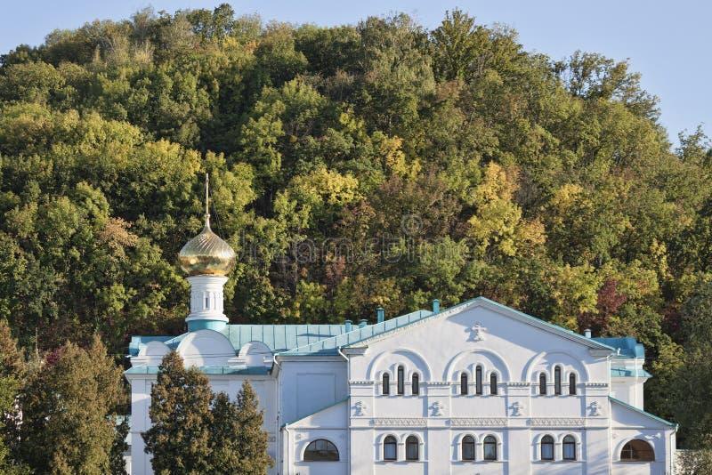 Byggnader Sviatohirsk Lavra mot bakgrunden av ett litet högt royaltyfri foto