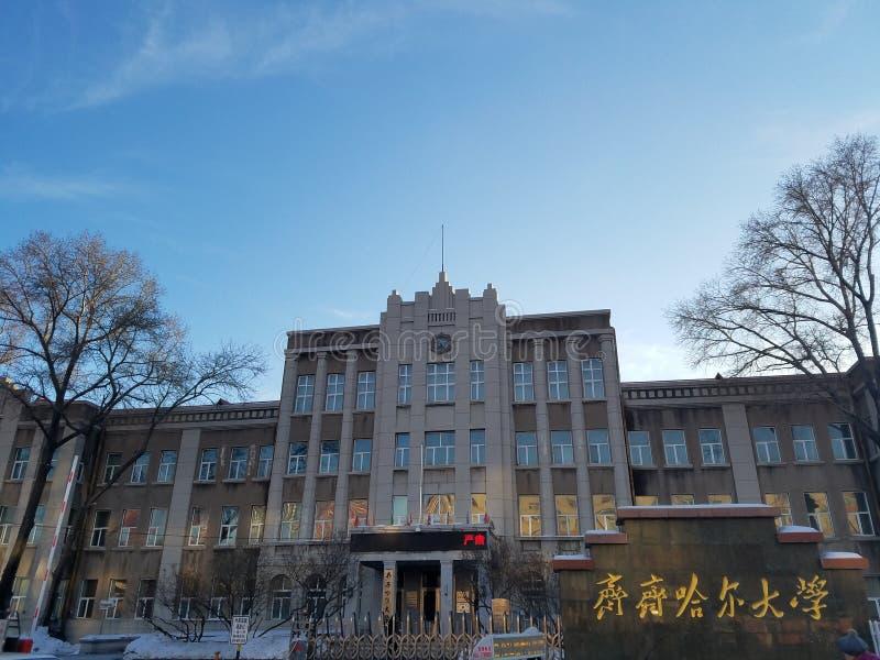 Byggnaderna som lämnas av Japan invasion av nordostliga Kina i 30-tal, är nu kontorsbyggnaderna av det Qiqihar universitetet arkivbilder