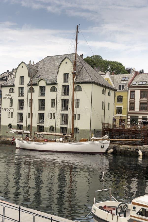 Byggnads- och för fartyg Ã… lesundetAlesund kanal i Alesund Norge royaltyfria foton