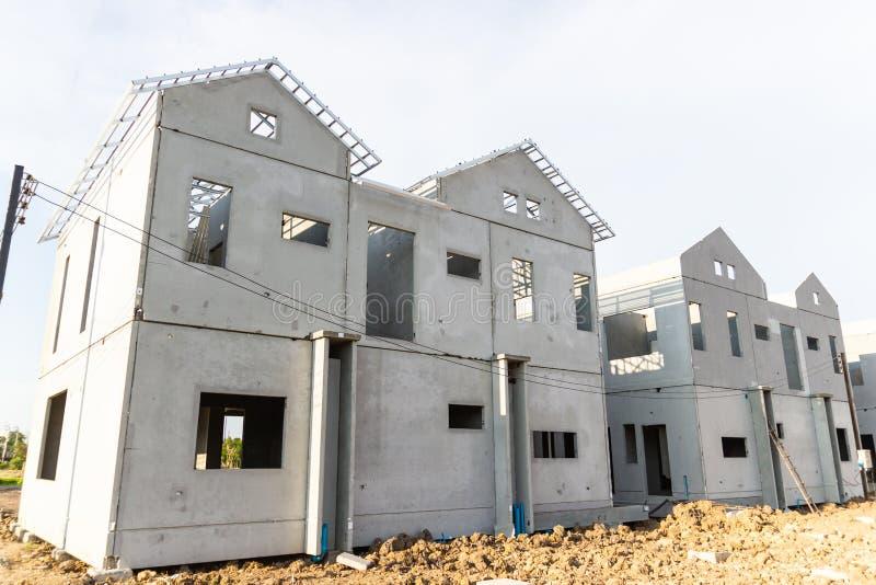 Byggnads- och konstruktionsplats av det nya hemmet royaltyfria foton