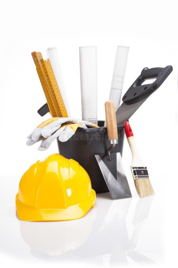 Byggnads- och konstruktionsutrustning i korg royaltyfri foto