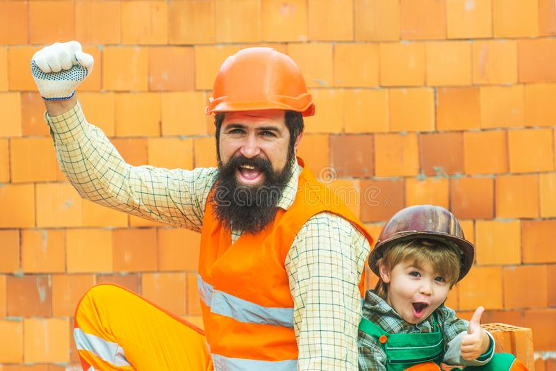 Byggnads-, teamwork-, partnerskap-, gest- och folkbegrepp - slutet av byggmästarehänder i handskar på konstruktion sitter upp royaltyfri bild