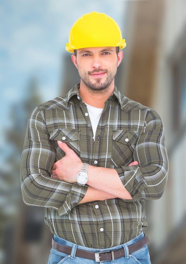 Byggnadsarbetare framme av konstruktionsplatsen royaltyfri fotografi