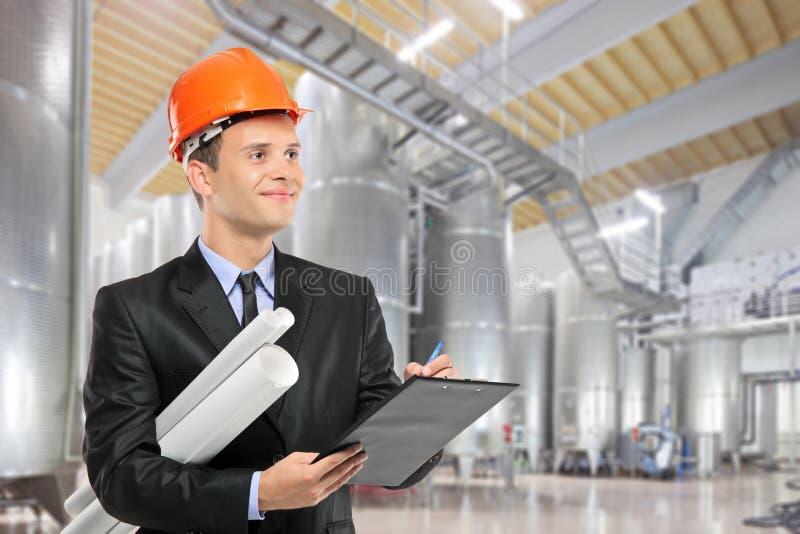Byggnadsarbetare i en fabrik royaltyfri bild