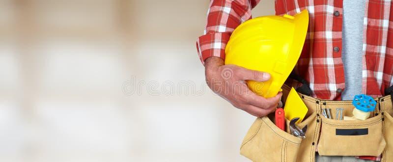Byggnadsarbetare med hjälm- och hjälpmedelbältet royaltyfri bild