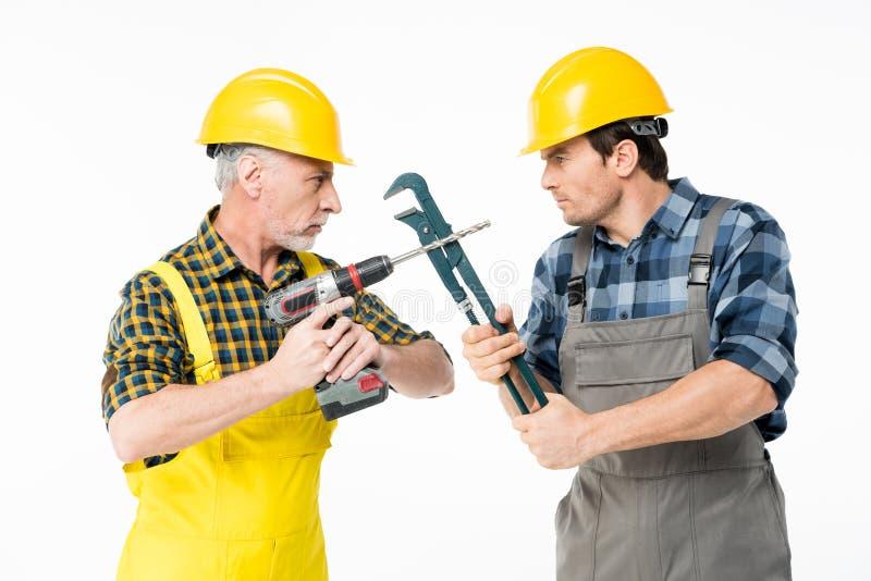 Byggnadsarbetare med hjälpmedel arkivbilder