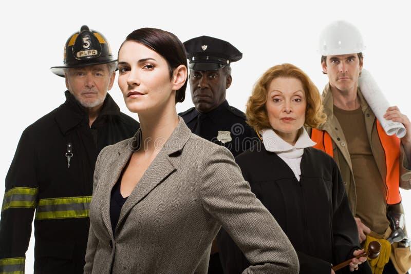 Byggnadsarbetare och affärskvinna för brandmanpolisdomare fotografering för bildbyråer