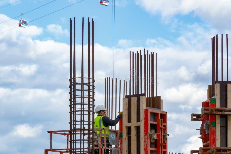 Byggnadsarbetare på en byggnadsplats för ny utveckling i nord arkivfoton