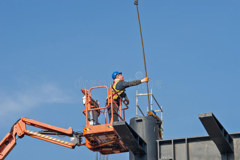 Byggnadsarbetare på en lyftt plattform 3 fotografering för bildbyråer