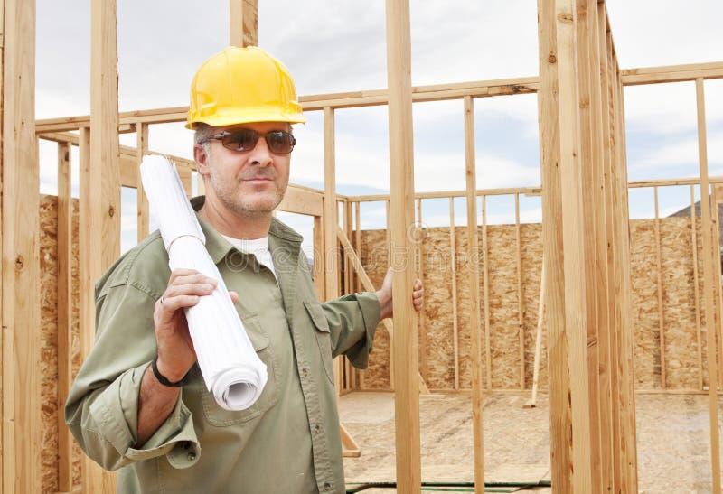 Byggnadsarbetare på jobbet arkivbild