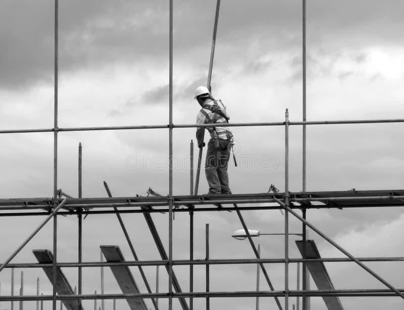Byggnadsarbetare på scaffold royaltyfria bilder