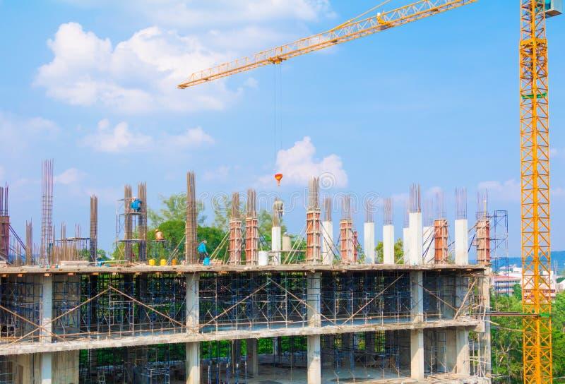Byggnadsarbetare placerar och byggnad av hus på utomhus- arbetarearbete som har bakgrund för blå himmel för tornkranen med kopier royaltyfria bilder