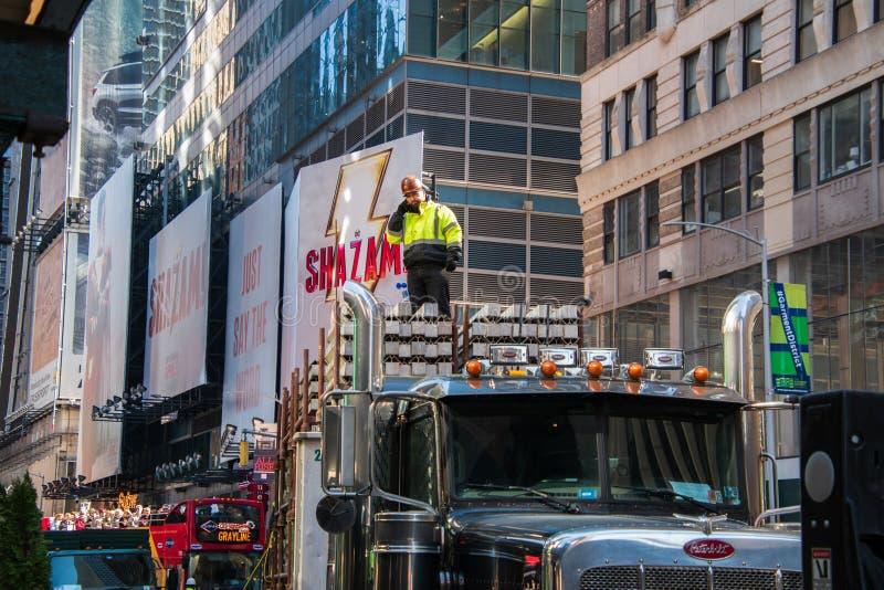 Byggnadsarbetare som överst står av en konkret påfyllning på en stor lastbil på en aveny i Manhattan, New York royaltyfri bild