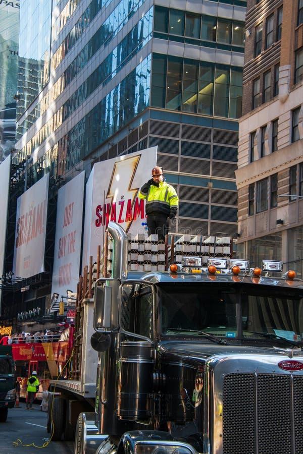 Byggnadsarbetare som överst står av en konkret påfyllning på en stor lastbil på en aveny i Manhattan, New York arkivbild