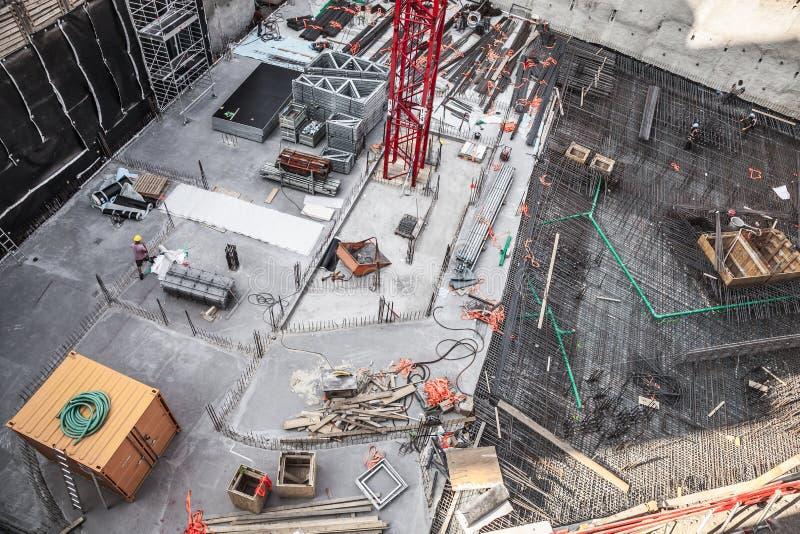 Byggnadsarbetare som fabricerar stålförstärkningstången på konstruktionsplatsen royaltyfria bilder