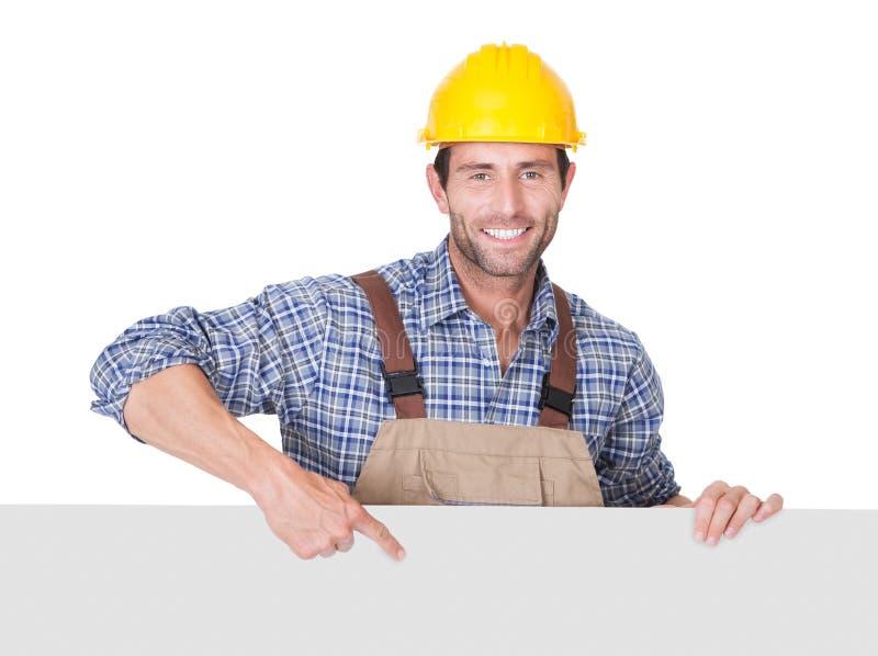 Byggnadsarbetare som framlägger det tomma banret royaltyfria foton