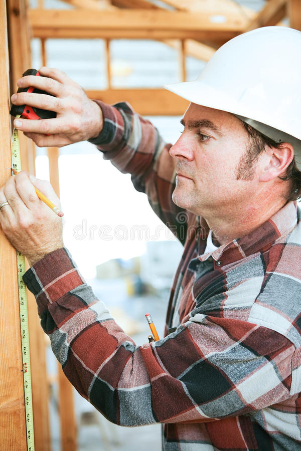 Byggnadsarbetare Takes Measurement fotografering för bildbyråer