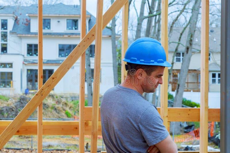 ByggnadsarbetareBuilding Timber Frame nytt hem royaltyfri foto