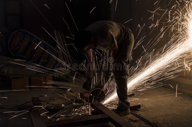 Byggnadsarbetaresnittjärn elektrisk grinder fotografering för bildbyråer