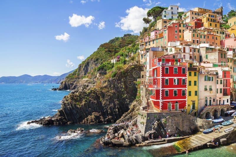 Byggnadsarkitektur i Cinque Terre - fem länder, på den Riomaggiore byn royaltyfria bilder
