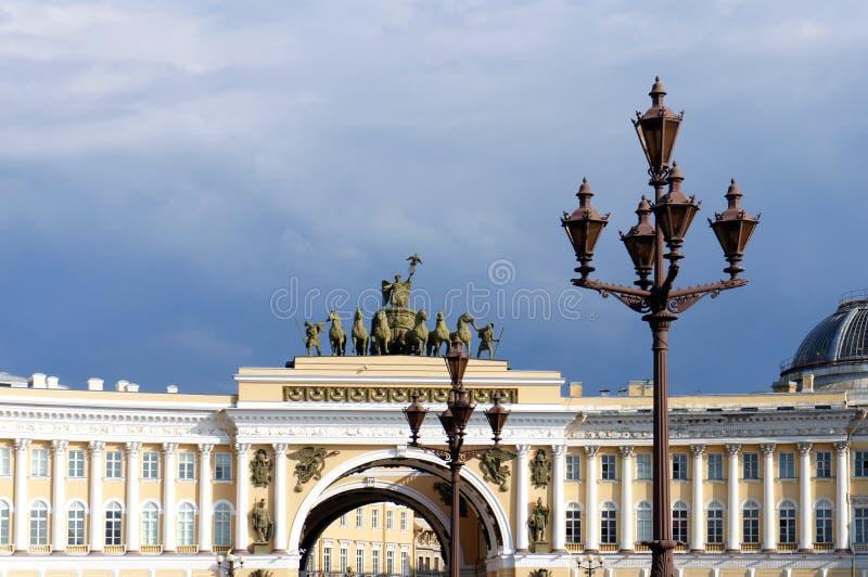 Byggnadsbåge för allmän personal i Stet Petersburg arkivbilder