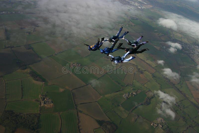 byggnadsbildande sex skydivers arkivfoton