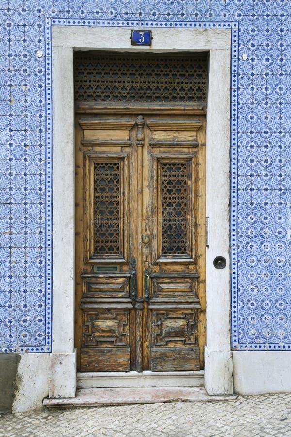 byggnadsdörrar belade med tegel portugal royaltyfria foton