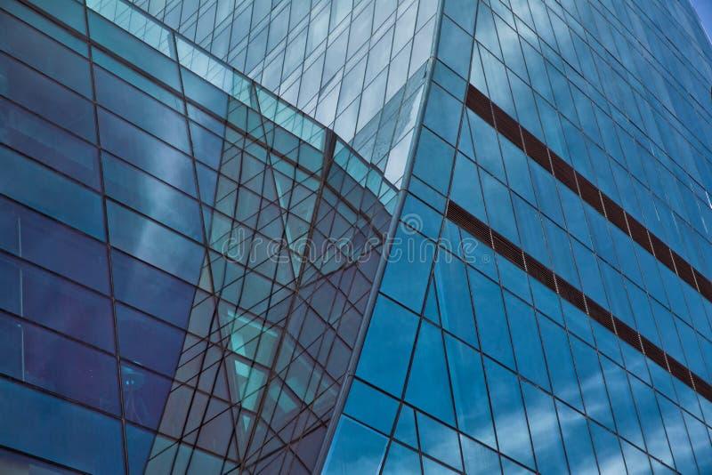 Byggnadsexponeringsglas Modern kontorsbyggnaddetalj, glass yttersida royaltyfri fotografi