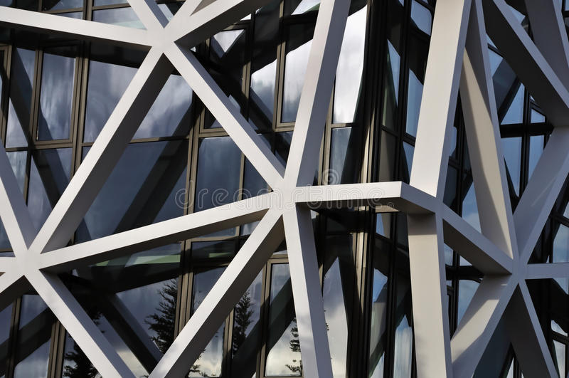 Byggnadsfacaden med assymetriskt mönstrar arkivfoto