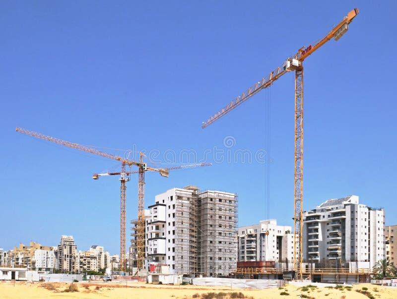 Byggnadsg?rd av bostadsbyggande av hus i ett nytt omr?de av staden Holon i Israel royaltyfria bilder