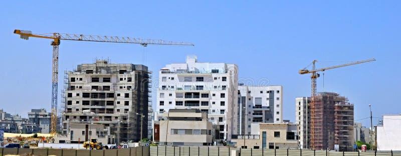 Byggnadsg?rd av bostadsbyggande av hus i ett nytt omr?de av staden Holon i Israel fotografering för bildbyråer