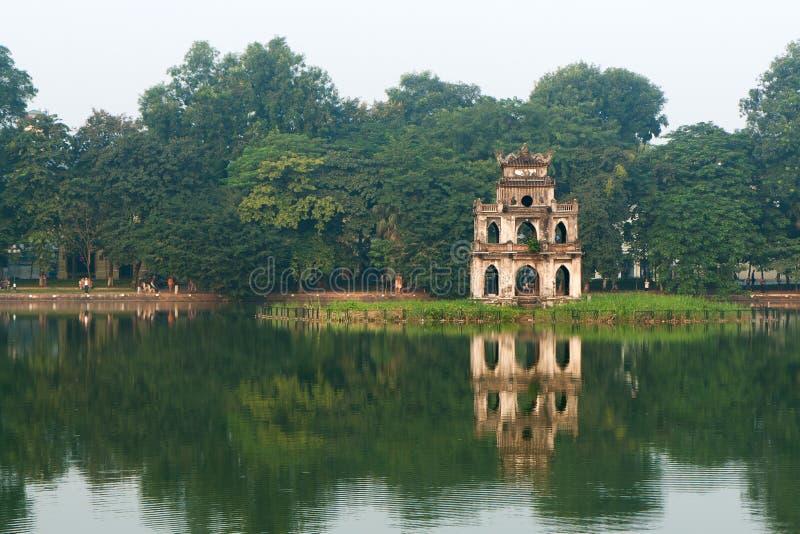 byggnadshanoi reflexion royaltyfri bild
