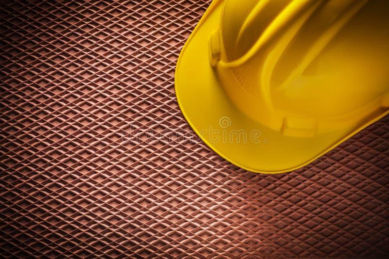 Byggnadshjälm på dielectric rubber matting fotografering för bildbyråer