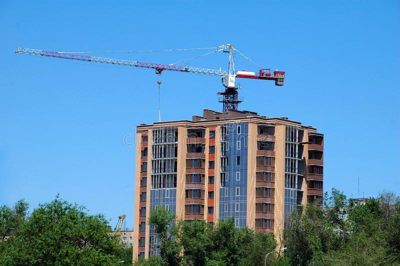 Byggnadskonstruktion med kranen arkivfoto