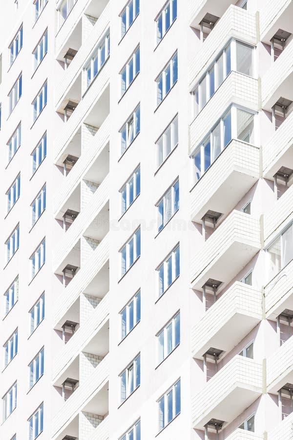Byggnadskonstruktion och geometri i arkitektur Industriell bakgrund med fasaden av ett ljust hus för nytt höghus med royaltyfri bild