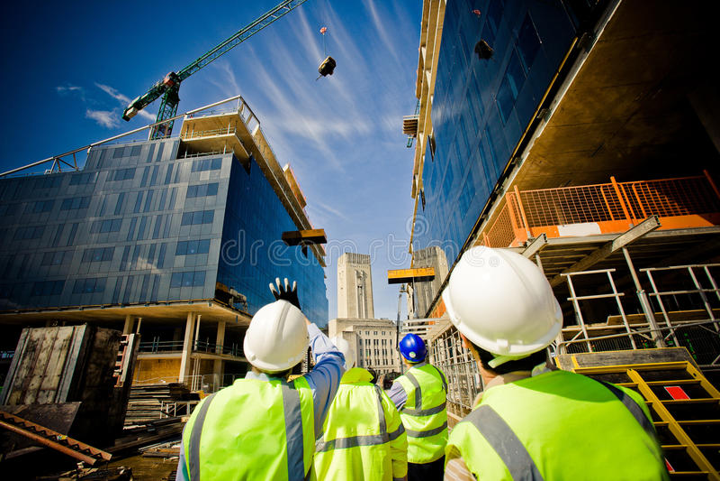 byggnadskonstruktion under arbetare arkivbild