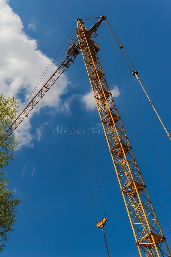 Byggnadskranen på projektplats royaltyfria foton