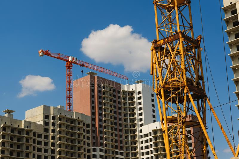 Byggnadskranen på projektplats arkivfoto