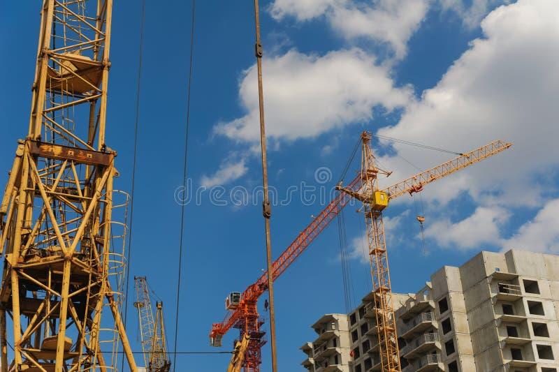 Byggnadskranen på projektplats arkivbild