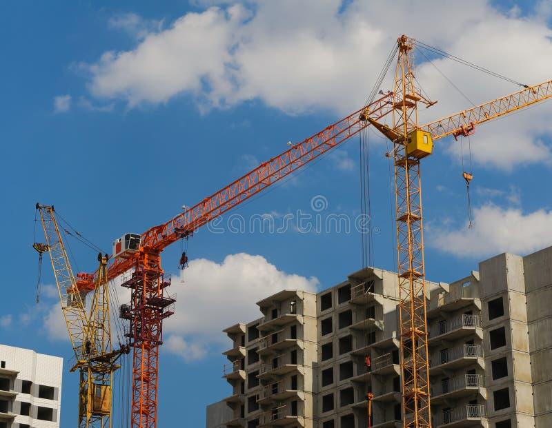 Byggnadskranen på projektplats arkivfoton