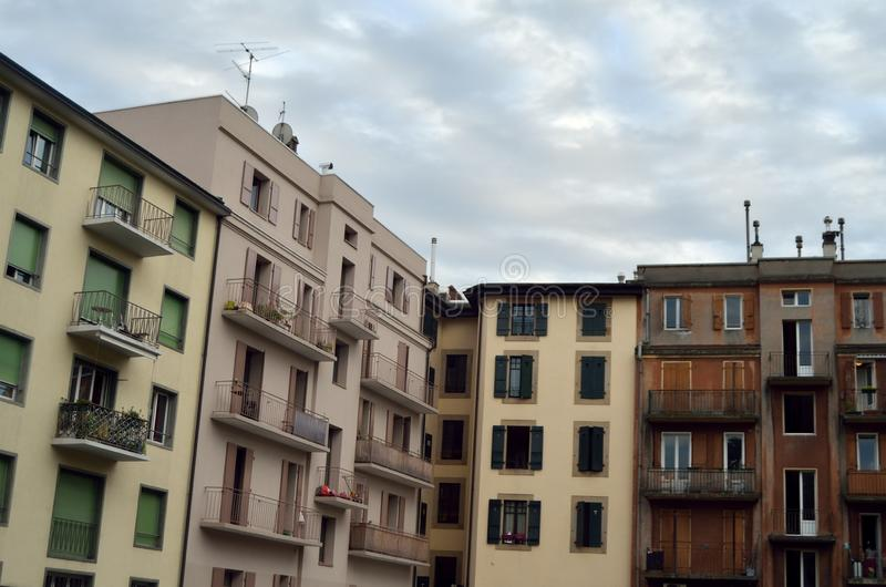 Byggnadskvarter under en underbar himmel arkivbild