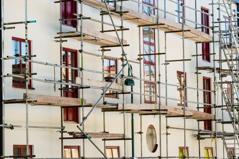 Byggnadsmaterial till byggnadsställning arkivfoto