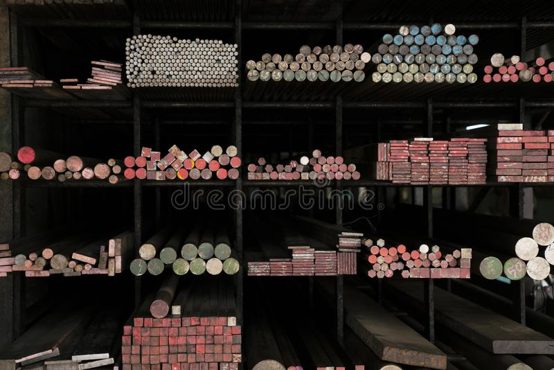 Byggnadsmaterialet och de olika formatmetallrören på hylla s royaltyfri bild